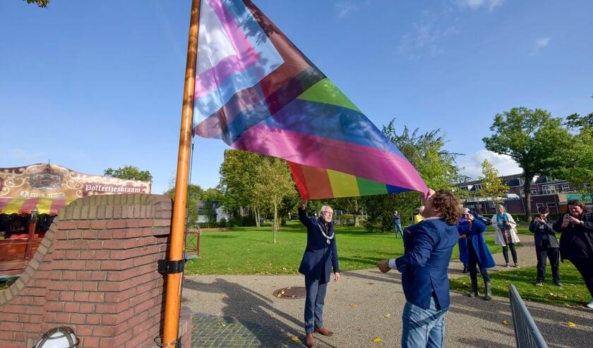 <p>• Burgemeester Victor Molkenboer en wethouder George Bech (inclusie) hijsen de Progress Pride vlag.</p>