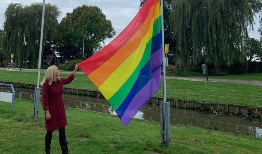 <p>• Wethouder Lanser hijst regenboogvlag tijdens Coming Out Day.</p>