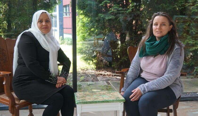 <p>Rahela Hoeseni (links) is blij met de hulp van taalcoach Leonie de Groot (rechts).</p>