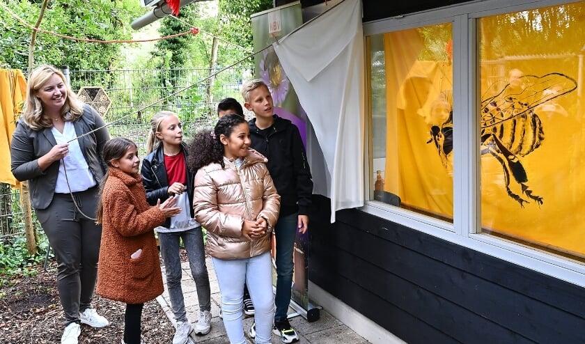 • Wethouder Harriët Westerdijk opent samen met basisschoolkinderen de nieuwe bijenstal.