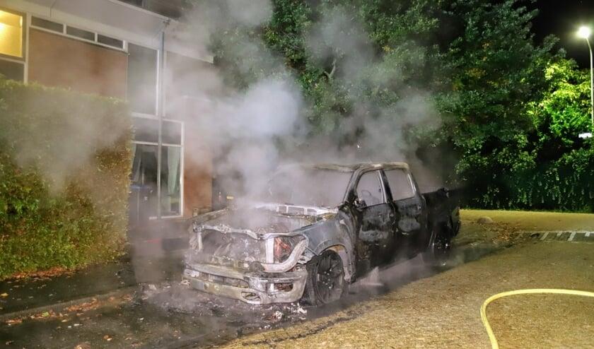 <p>De volledig uitgebrande pick-up rookt nog wat na.</p>
