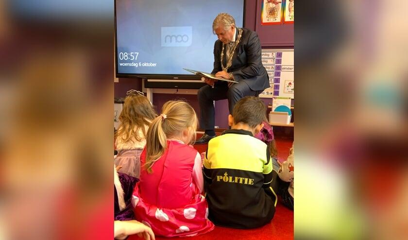 • Burgemeester Oskam leest de leerlingen van De Wonderwind voor.