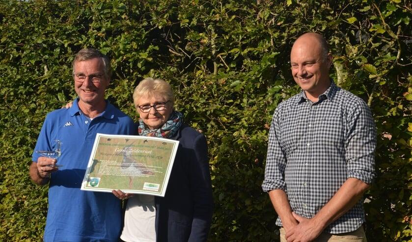 <p>&bull; Boerenlandvogelvrijwilliger Gerrit Zeldenrust (links op de foto) met zijn vrouw en Arjan Vriend, directeur-bestuurder van SLG.</p>