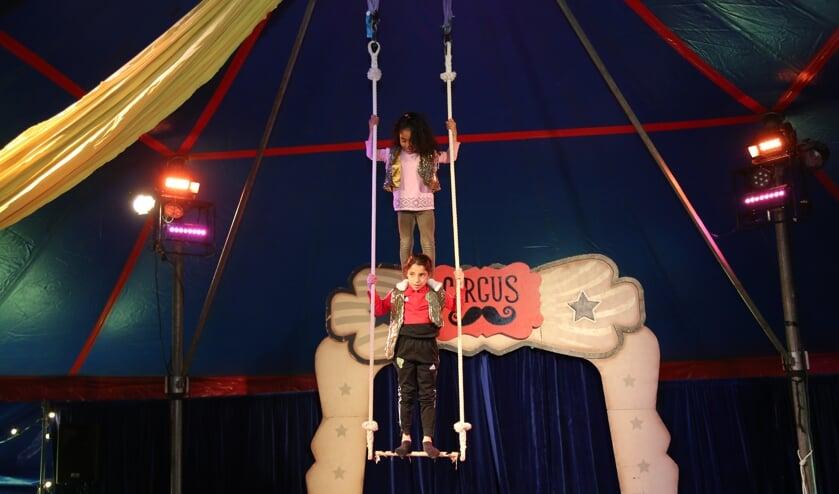 <p>&bull; Kinderen op de trapeze tijdens het eindoptreden.&nbsp;</p>
