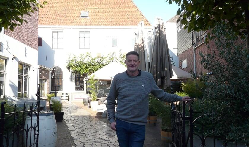 <p>Jos Epping bij zijn brasserie De Kloostertuin.&nbsp; &#39;&#39;Overal in IJsselstein wordt er gescand en gecontroleerd. En dat gaat goed.&#39;&#39;</p>
