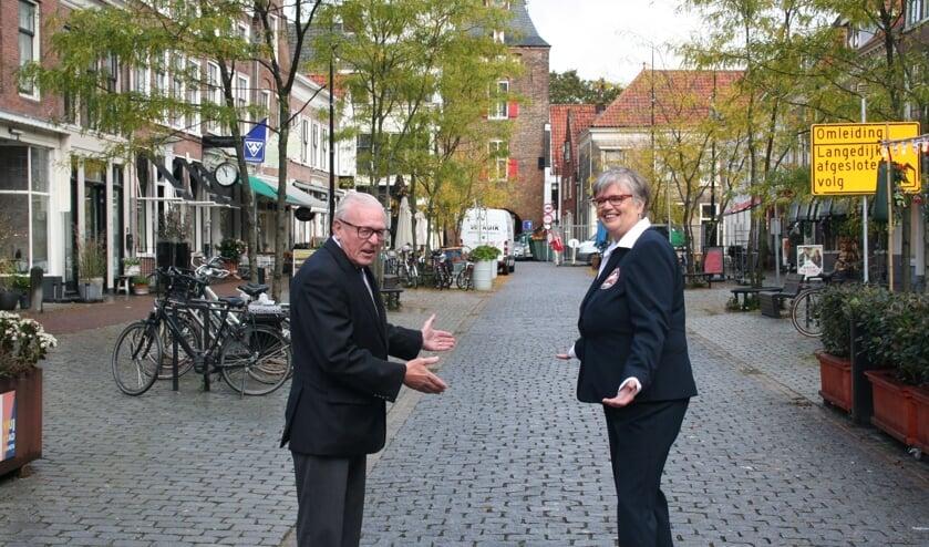 • Ben Heinink en Ellen Verburg op de lege Voorstraat: weer geen Paardenmarkt.