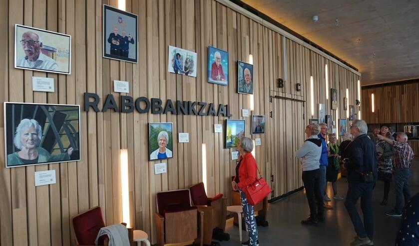 <p>In de foyer van theater DE KOM hangen portretten van mensen die in de stad een belangrijke rol hebben gespeeld.</p>