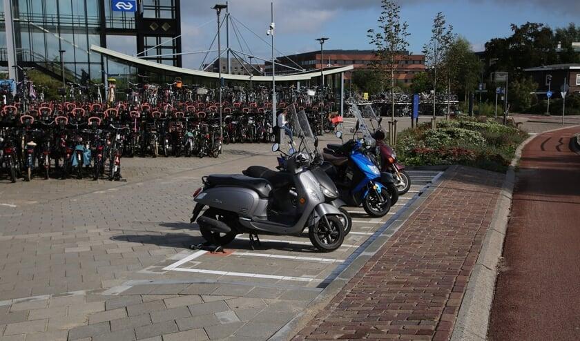 <p>&bull; Nieuwe parkeerplekken voor scooters aan de zuidkant van station Woerden.</p>