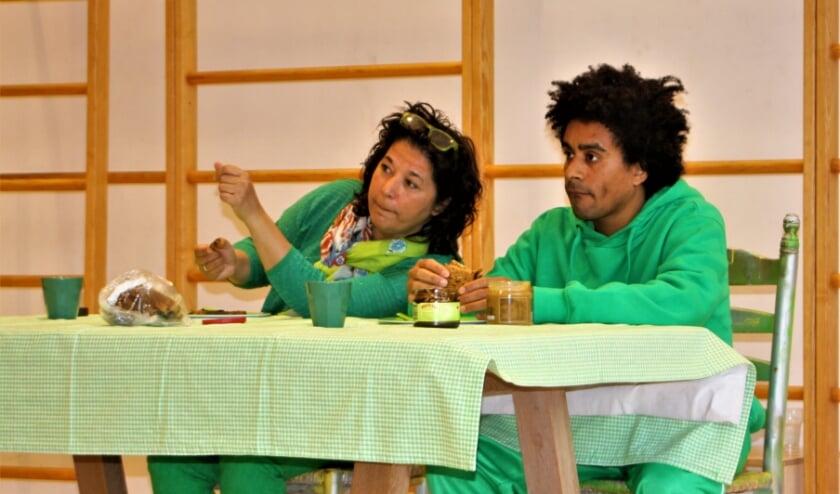 Acteurs van theatergroep Bruis spelen een onwillige zoon een een moeder met haast na.