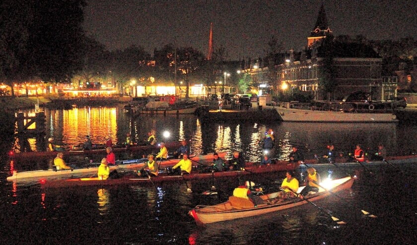 • Roeivereniging De Krom hield zaterdag een nachtelijke vaartocht door de binnenstad van Woerden.