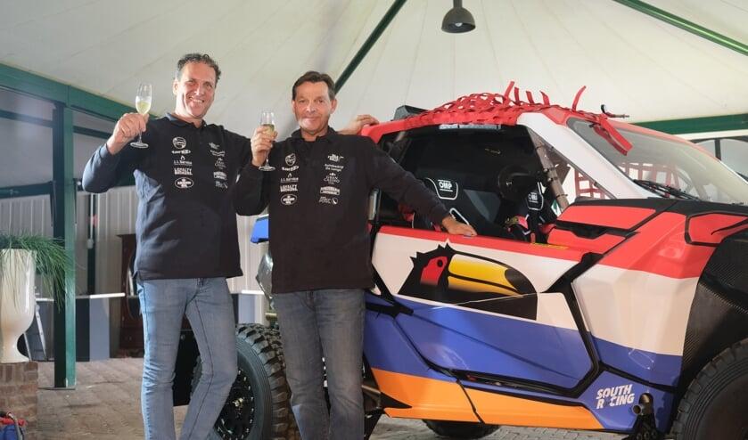 <p>Branco de Lange (links) en Gert-Jan van der Valk (Team Tiel) zijn trots op hun nieuwe race-buggy.</p>