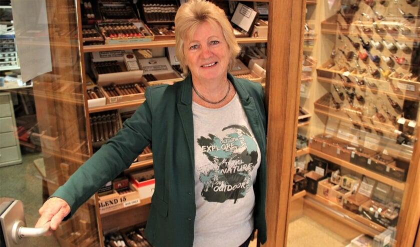 • Mieke Blaauw in de klimaatkamer van Tabaksspeciaalzaak G. van Vliet.