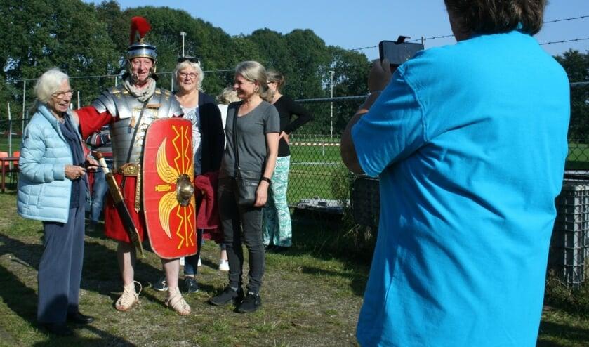<p>Deze dames poseren voor een leuk aandenken graag met Carolus de Romeinn.</p>