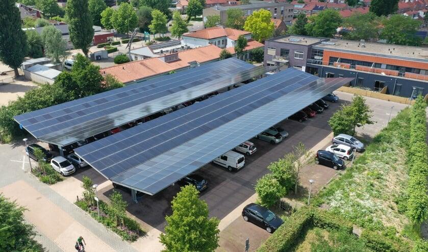 Het zonnedak en laadplein aan de Jan Wolkershof is een project van Vrijstad Energie waaraan 122 leden deelnemen.