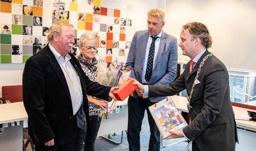 <p>Burgemeester Pieter Verhoeve feliciteert Piet Streng</p>