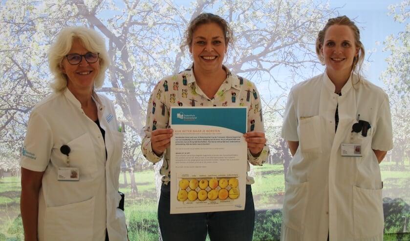 <p>Van links naar rechts: Sissi Grosfeld, Ruth Ramaker en Loes Scholten vragen gezamenlijk aandacht voor het tijdig opsporen van borstkanker met de campagne &lsquo;Check your lemons&rsquo;. </p>