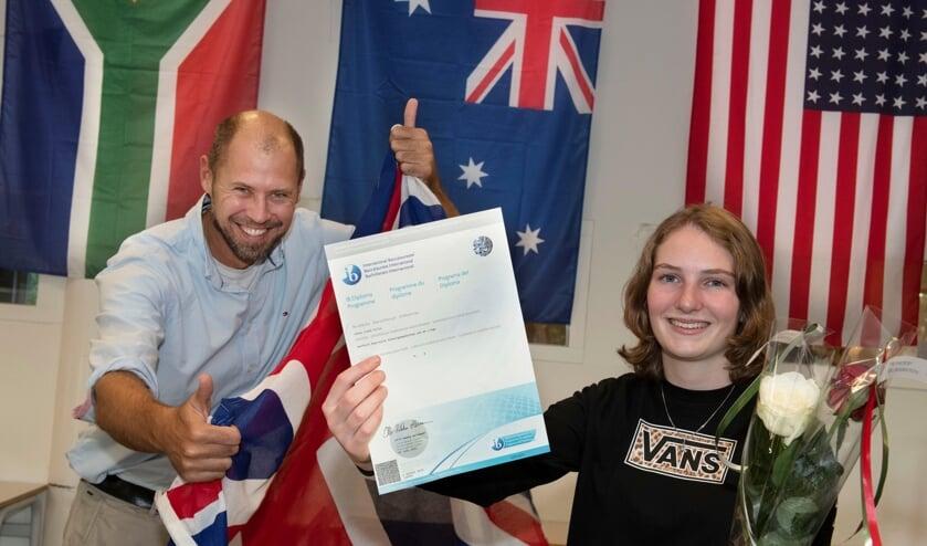 <p>Docent Dennis Giles, native speaker uit Australi&euml;, is &lsquo;absolutely proud of&rsquo; zijn vroegere pupil Fenna.</p>