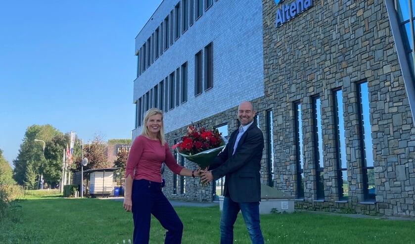 <p>Paula Jorritsma en Christian Alderliesten voor het gemeentehuis.</p>