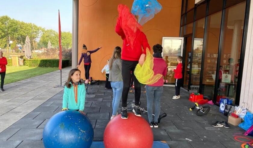 Uitproberen van circus met Pippin voor de Kinderboekenweek