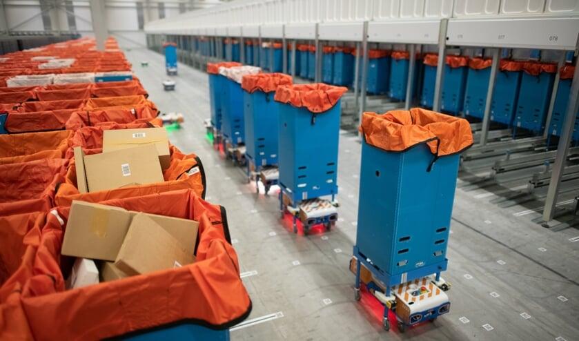 <p>Het nieuwe sorteercentrum - voorzien van diverse robots - is volgens PostNL uniek in Europa en speciaal ingericht voor het sorteren en distribueren van kleine pakketten. &nbsp;</p>
