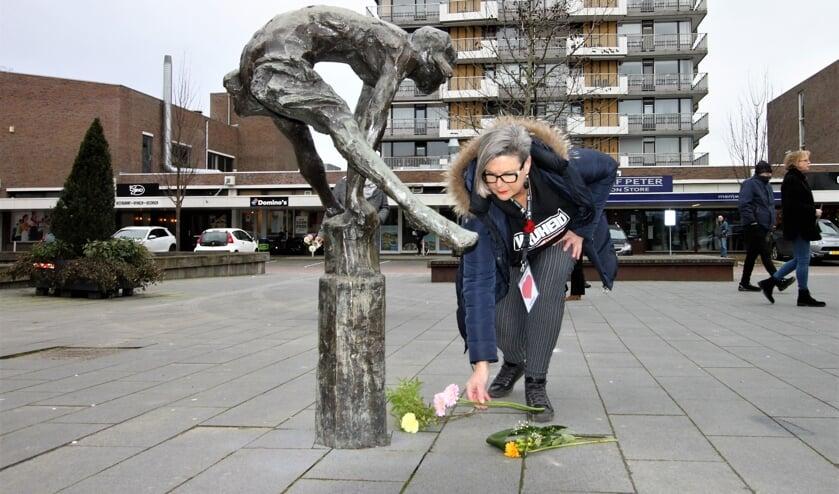 <p>&bull; Bij het beeld van het meisje dat over een paaltje in Krimpen aan den IJssel springt werden bloemen gelegd.</p>