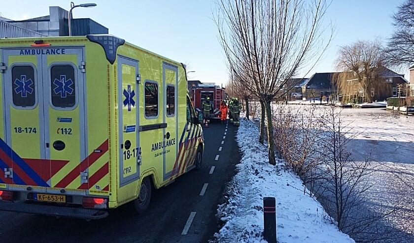 <p>&bull; De ambulance en brandweer bij een incident in Bleskensgraaf, waar schaatsers door het ijs gezakt waren.</p>