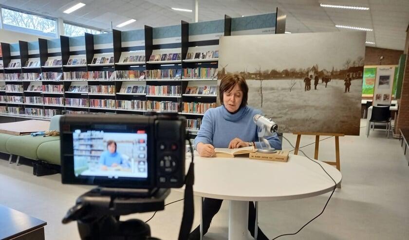 <p>&bull; Bibliotheek-directeur Anja Oosterlaken leest hoofdstuk 2 voor.</p>