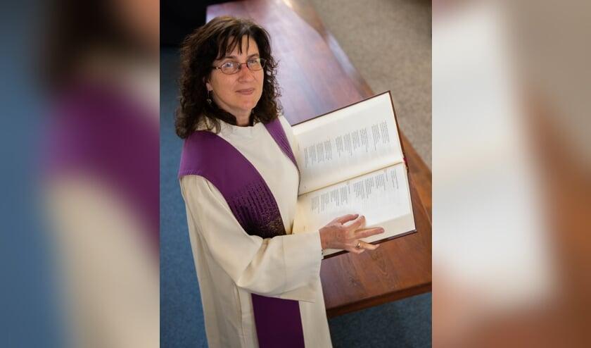 • Dominee Birke Rapp met een bijbel in haar hand.