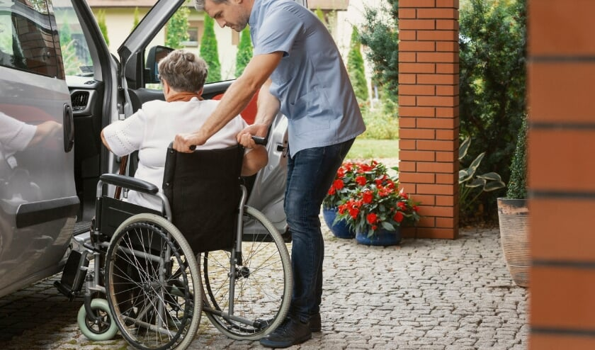 <p>&bull; Vrijwilligers helpen onder andere bij vervoer van en naar het ziekenhuis.</p>
