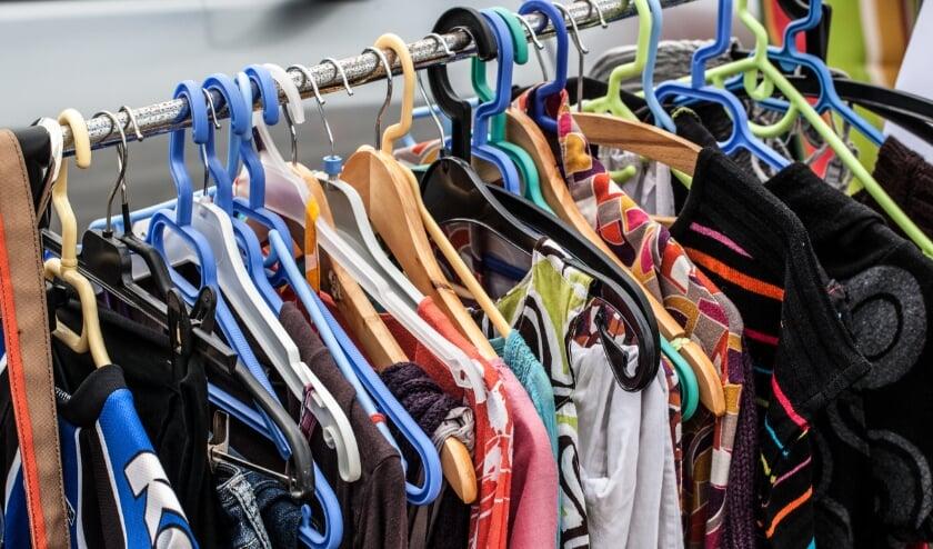 <p>• Rek met tweedehands kleding.</p>