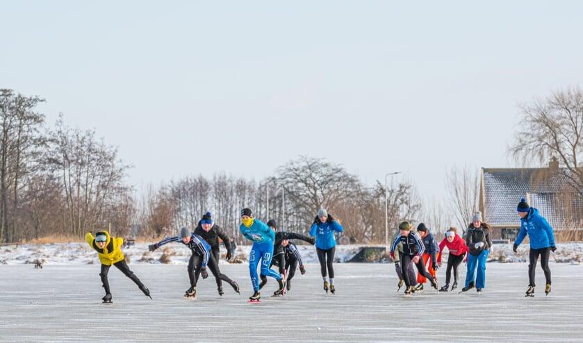 Op een plas achter de Boezemmolen in Haastrecht werd dinsdagmiddag al volop geschaatst, met name door de jeugd.