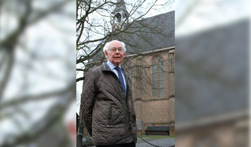 <p>&bull; De auteur bij de kerk in Wijngaarden, waar Iza&auml;k Boot jarenlang preekte.</p>