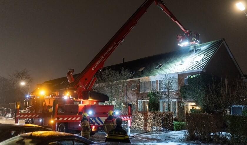 • De schoorsteen wordt geveegd met behulp van de hoogwerker.