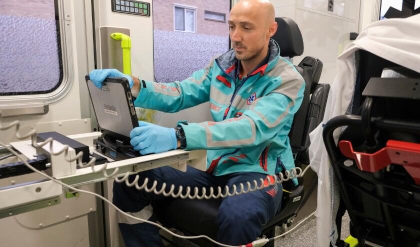• Zodra in dit geval ambulanceverpleegkundige Edgar op zijn laptop aan een nieuwe overdracht begint, is deze vanaf de SEH in Dordrecht meteen te volgen.