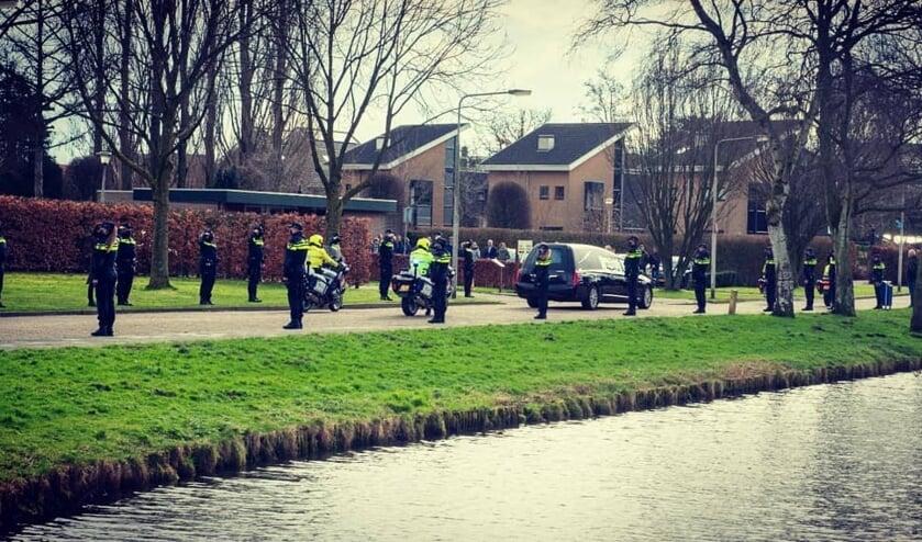 • Het eerbetoon van de politie bij de begrafenis van hun collega.
