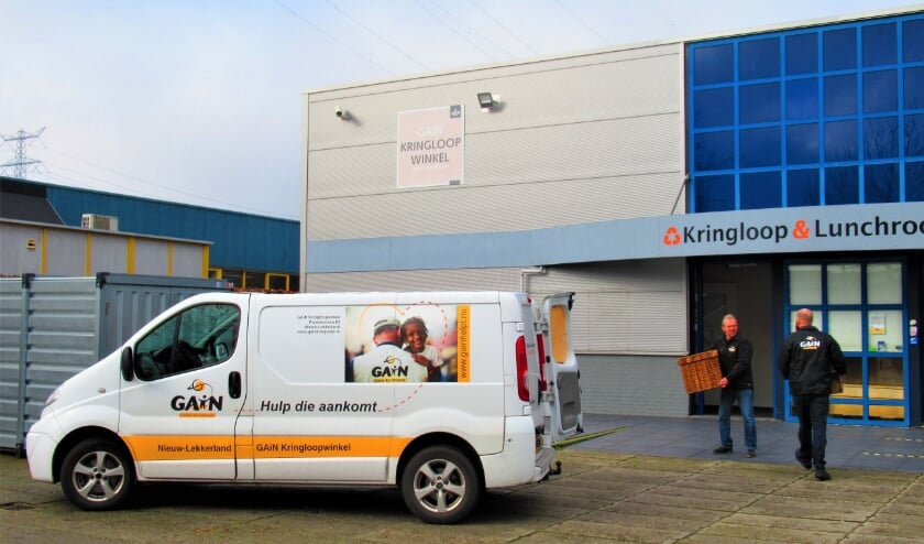 • Het busje van de GAiN kringloopwinkel in Nieuw-Lekkerland wordt ingeladen.
