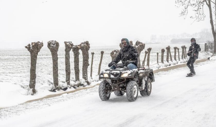 • Snowboard achter quad in de Alblasserwaardse polder.