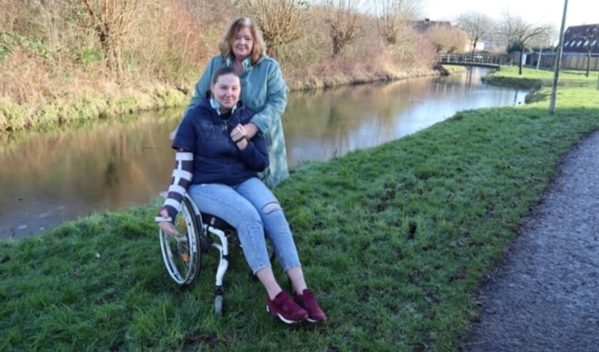 <p>Moeder Hester en dochter Nanette Bielefeld in het park aan de Rauwenhoflaan in Tiel.&nbsp;</p>