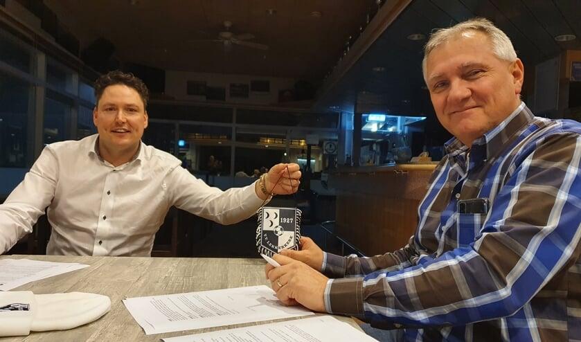 <p>• Lekkerkerk-voorzitter Frans Braal (l) met de nieuwe trainer René Noort.</p>