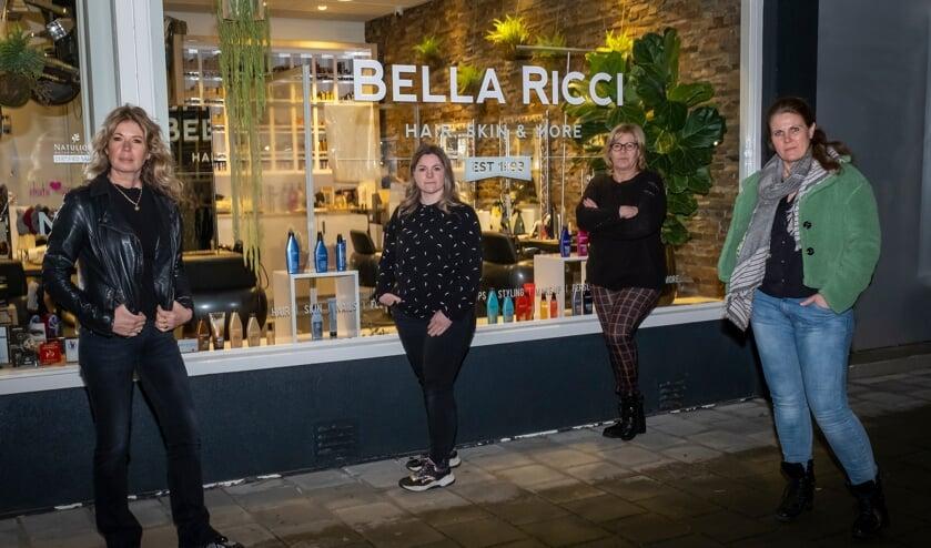 <p>• Kapsalon Bella Ricci in Krimpen aan den IJssel deed donderdagavond mee aan de landelijke actie #lichtvoordathetuitgaat.</p>