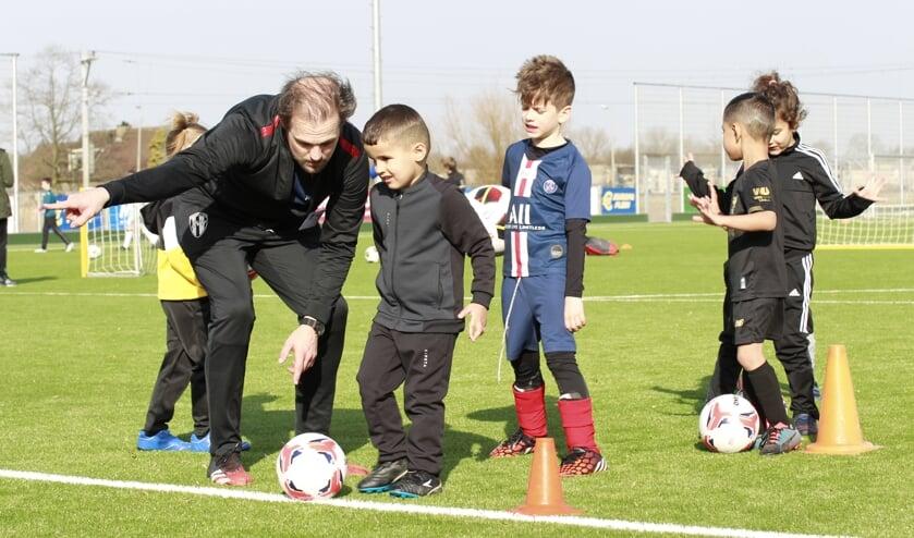<p>&bull; Trainer geeft instructies aan de kinderen.</p>