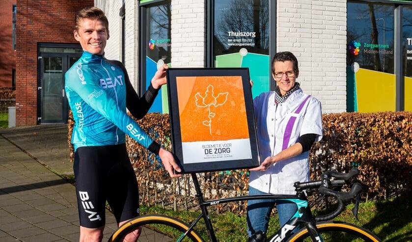 <p>&bull; Piotr Havik overhandigt zijn &#39;Bloemetje voor de Zorg&#39; &nbsp;aan Eline Anker, hoofd verpleegkundige van Zorgpartners Midden-Holland te Schoonhoven.</p>