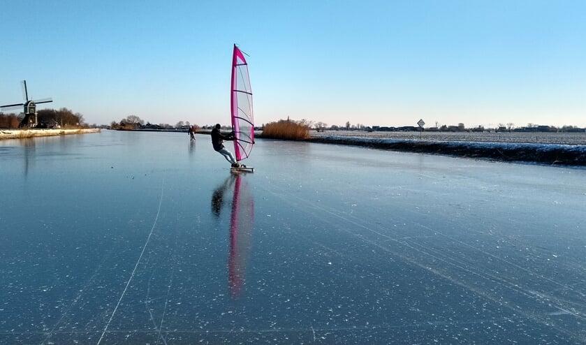 Martijn Duel aan het ijssurfen op de Ammerse boezem vlakbij de Achterlandse molen