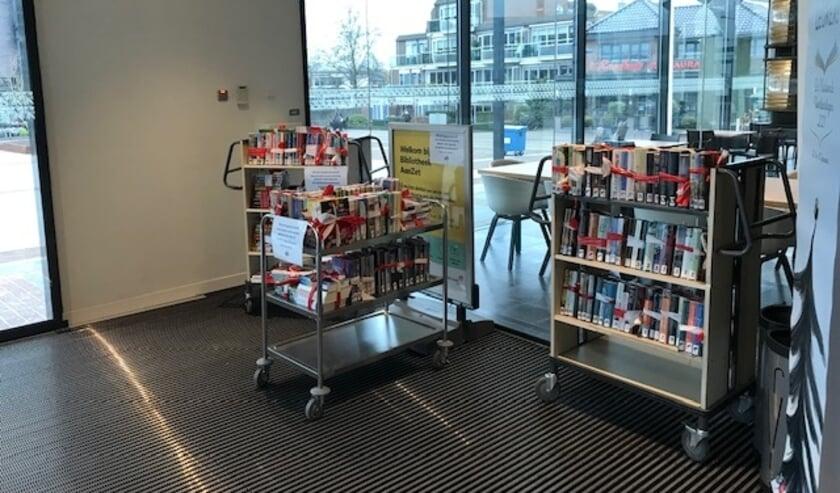 <p>&bull; De karren met afhaalboeken bij de entree van de bibliotheek.</p>