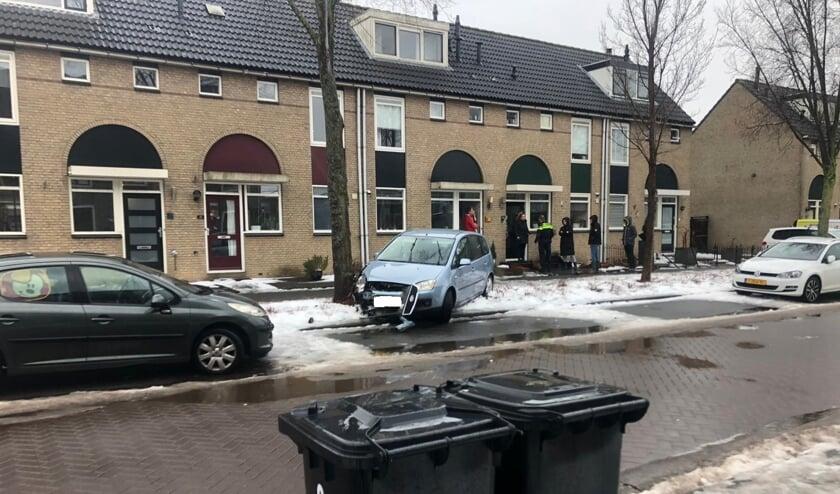 <p>&bull; E&eacute;n van de auto&#39;s raakte een boom en kwam in een voortuin terecht.&nbsp;</p>