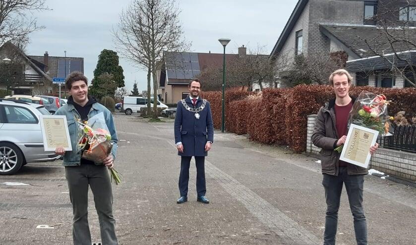 <p>• Burgemeester Laurens de Graaf met de twee winnaars van de Jongerenaward.</p>