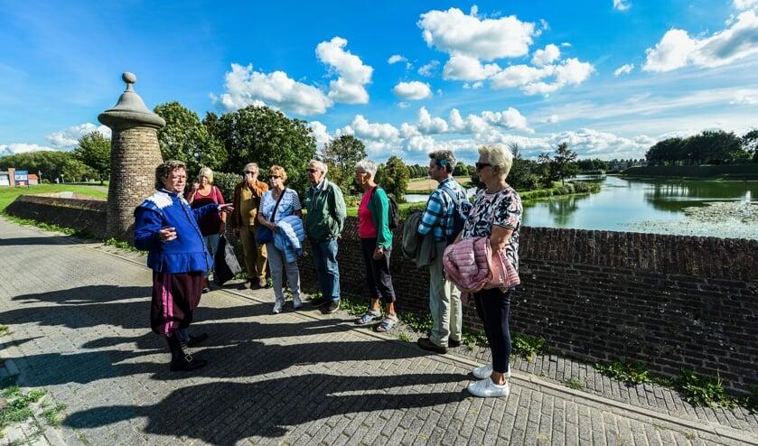 • Een stadsgids met een groepje toeristen in Nieuwpoort.