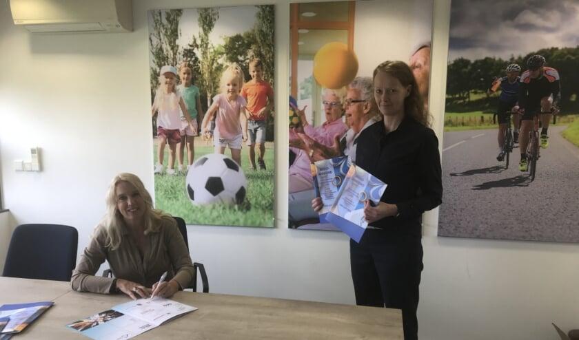 Ondertekening door wethouder Lisanne Lanser en huisarts Kuiper-Meijer