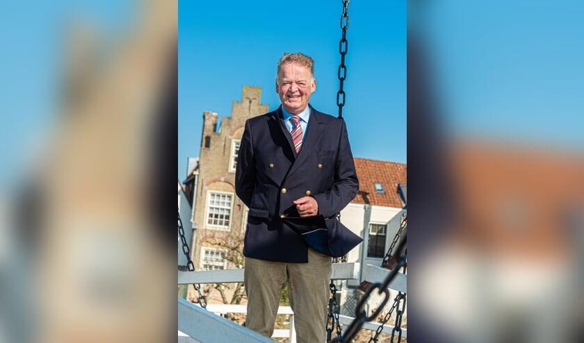 <p>• Burgemeester Roel Cazemier in een zonnig maar winderig Schoonhoven.</p>