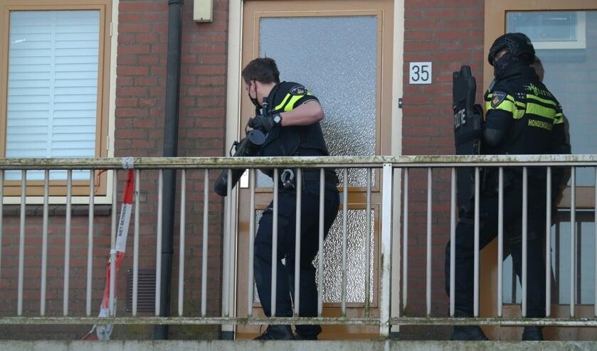<p>&bull; De politie forceerde zondagochtend de deur van de flatwoning in Gouderak om binnen te komen.&nbsp;</p>